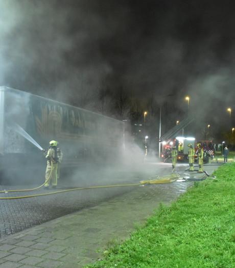Geparkeerde trailer naast gevangenis gaat in vlammen op