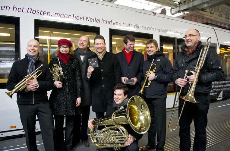 Muzikanten van het Nederlands Symfonieorkest staan op het Centraal Station in Den Haag samen met staatssecretaris Halbe Zijlstra (midden), directeur Harm Mannak (derde van rechts) en dirigent Jan Willem de Vriend (derde van links) bij een speciale promotie-trein ter gelegenheid van de lancering van een CD-box. Beeld ANP