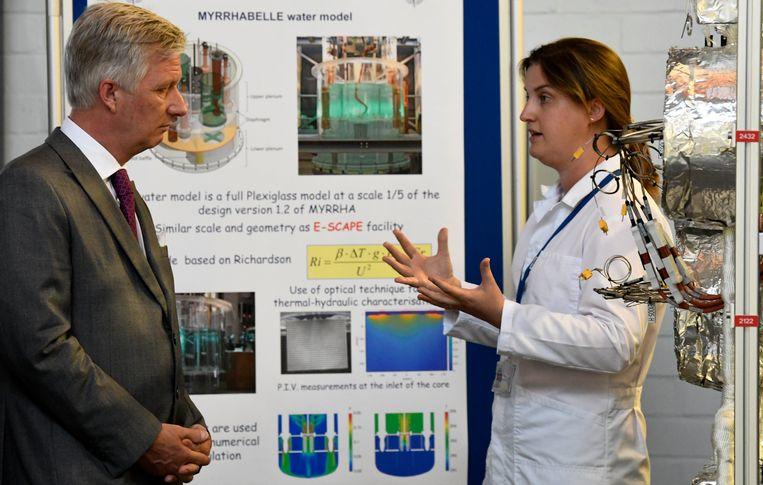 Katrien Van Tichelen geeft Koning Filip uitleg over het Myrrha-project.