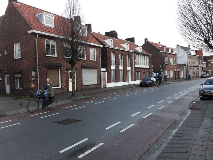 De noordkant van de Koopvaardijstraat, gezien vanaf de Piusstraat; de panden met woningen met  de witte  plinten zijn ontworpen door wijlen Jos. Bedaux