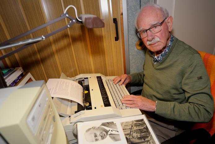 Leo Blom achter de schrijfmachine, net als zijn vader en FC Eindhoven-coryfee Gerrit Jan Blom vaak in het verleden.