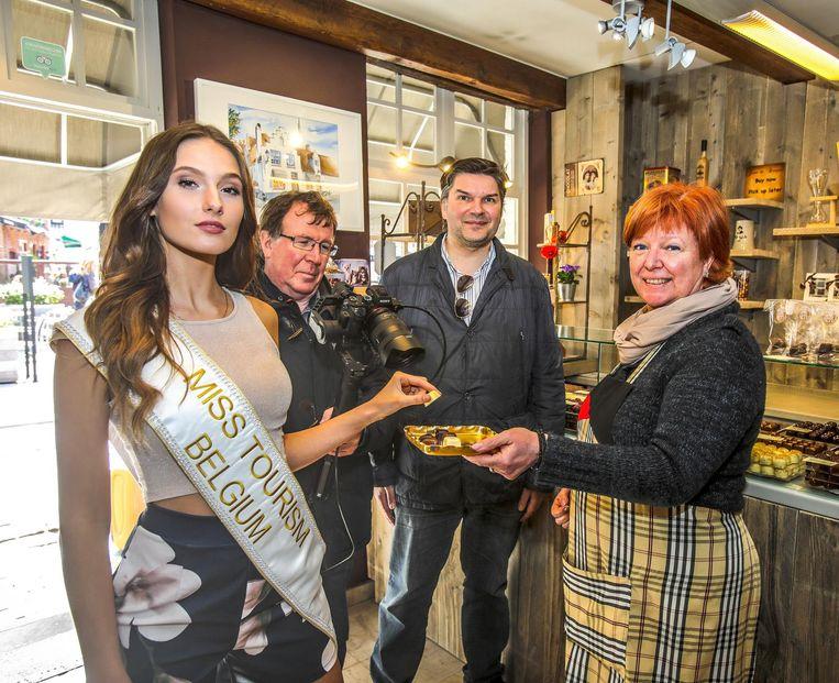 Christel Vandenbriele van Jean de Bruges op het Walplein laat Rachel Nimegeers pralines proeven.