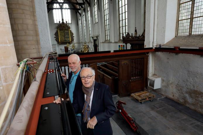 Bram van Hengel (links) en Paul van Wijngaarden inspecteren de stalen constructie die wordt aangebracht voordat de glazen koepel erop komt te staan.