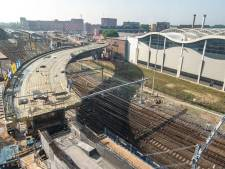 Zwolse busbrug ligt na verhuisklus van twee dagen op z'n plek