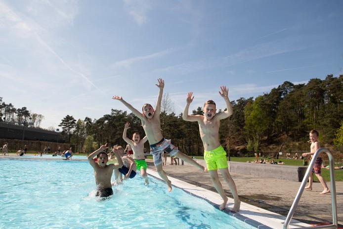 Verkoeling in zwembad Het Ravijn in Nijverdal, dat deze week extra lang open is.