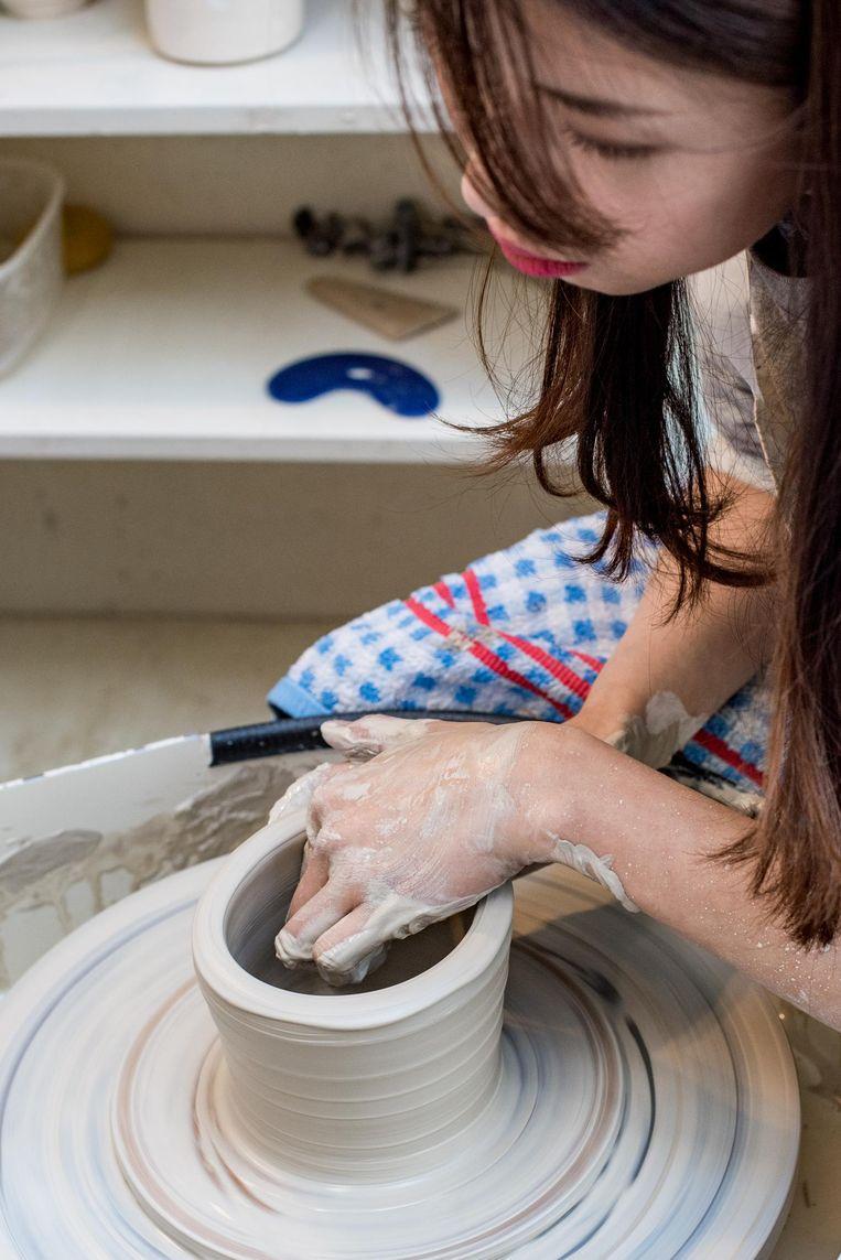Miru Kim achter de draaischijf bij Keramiek Centrum Amsterdam Beeld Marijke Stroucken