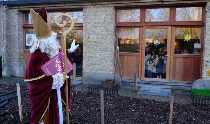 De Sint op bezoek in Steinerschool Koningsdale in Ieper.