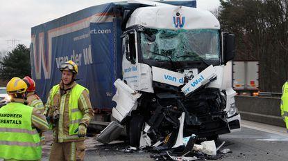 Kettingbotsing met drie vrachtwagens en bestelwagen