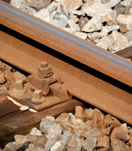 Goederentrein botst op vrachtwagen bij Sevenum, geen treinen Deurne - Venlo