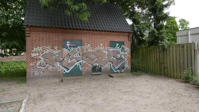 """Parkeerplaats Prins Hendrikstraat - Zwaanse brug. Paul Jongsma: ,,Voor een plek waar veel volk langs komt en het risico om betrapt te worden dus groot is, is dit een gedurfd stuk. Hiermee dwing je respect af onder graffitikunstenaars. Ik vind het ook wel een toffe stijl""""."""
