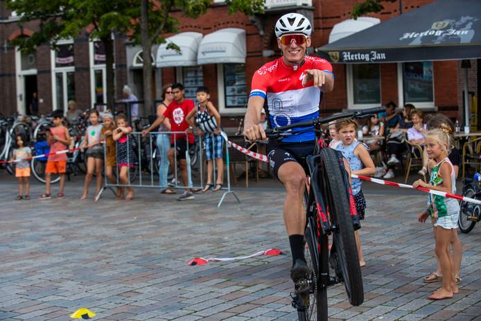 Mountainbiker Jeroen van Eck in actie bij Breek de Week Kids in Valkenswaard.