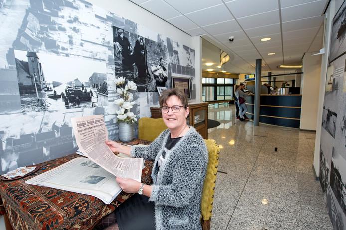 Gemeente-archivaris Hanneke Jansen in het huiskamertje dat voor de expositie is ingericht.