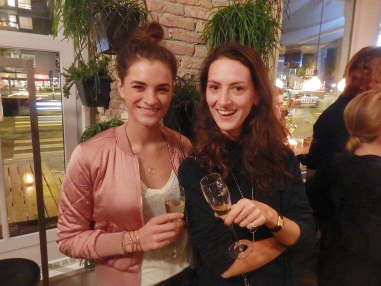 Ellecolumnist Liesbeth Rasker (links) met Sacha Rinnooy Kan (UPR). Rasker is ambassadeur van The Champagne Club. Wat dat betekent? 'Veel champagne drinken' Beeld Schuim