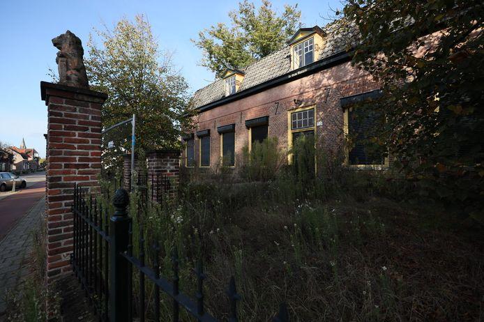 De oude pastorie aan de Dorpstraat in Veldhoven-dorp staat nu al jaren leeg.