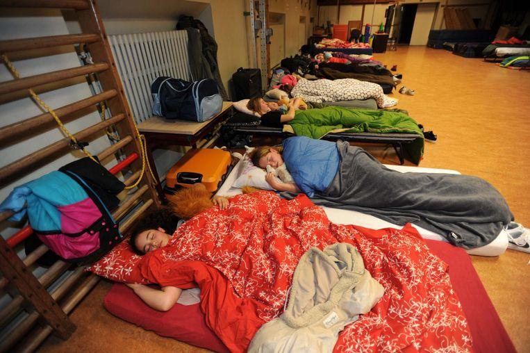 Uitgeput na het feestje overnachtten deze kinderen in de turnzaal.