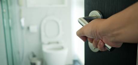 Waarom een badkamerdeur meestal naar buiten draait