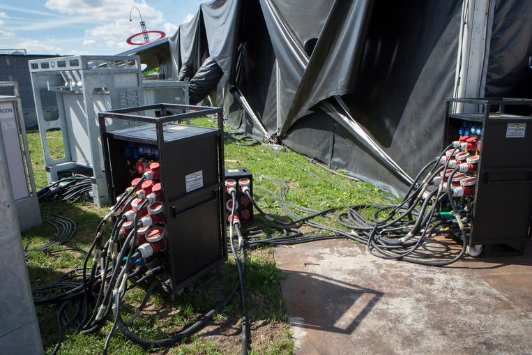 Op het festivalterrein wordt nu vrijwel alle stroom opgewekt door de verbranding van diesel in generatoren. Beeld Jorgen Caris