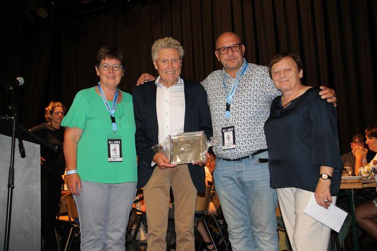 Huldiging van de Lendeleedse ex-wielrenner Ronny Vanmarcke op het BK voor nieuwelingen in Lendelede 2019, door burgemeester Carine Dewaele en sportschepen Bernard Fonteyne. Ook Ronny's vrouw was er bij.
