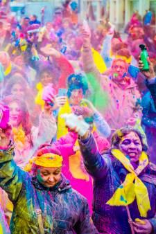 Swingen in kleurenpoeder op feestelijk Holi Phagwa