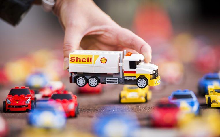 Een Lego vrachtwagenmodel met de Shell opdruk. Binnenkort zal je de samenwerkingsproducten niet meer tegenkomen in het winkelschap. Beeld anp