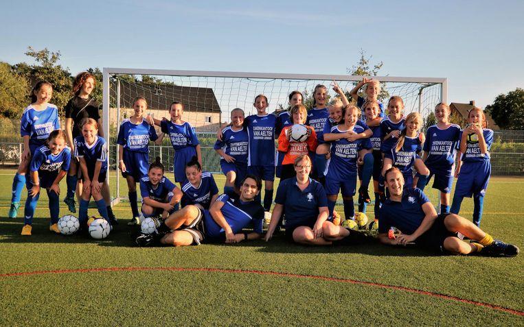 Het meisjesteam van KFC De Vrijheid Herselt op training.