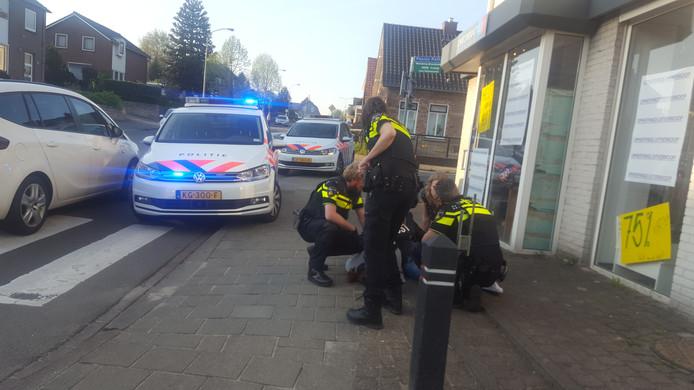 De vrouw verzette zich tegen de aanhouding.  Foto Waldie Rutten/RonV media