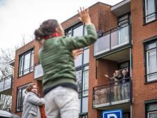 Pamela geeft gymnastiek op straat voor ouderen op balkons: 'Want als je niet beweegt wordt je stijf'