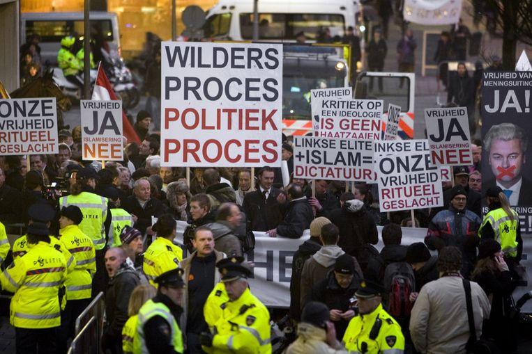 Sympathisanten van Geert Wilders demonstreerden woensdag bij de rechtbank (ANP) Beeld