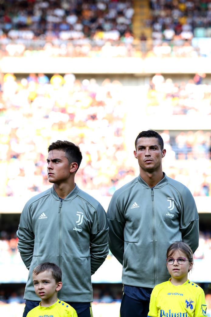 Paulo Dybala naast Cristiano Ronaldo voor de wedstrijd tegen Chievo Verona in de eerste speelronde in de Serie A.