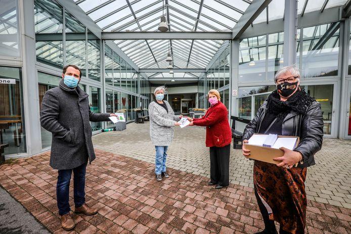 Woonzorgcentrum Duneroze nam een mooie stapel kerstkaartjes in ontvangst. Vlnr.: schepen Mathieu Delbarge, directeur Ibe Vanhauwaert, schepen Marleen Schillewaert en Anne Buekenhoudt van het OCMW.