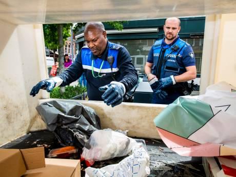 Extra handhavers speuren naar adressen van vervuilers in afvalzakken: 'Iedereen doet het. Er is geen peil op te trekken'