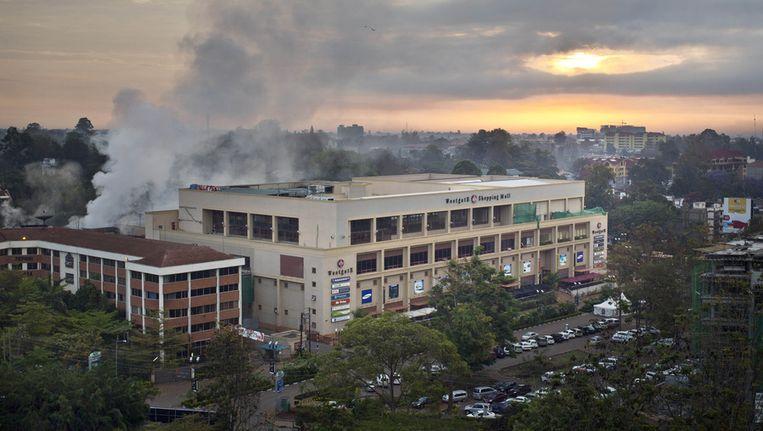 Winkelcentrum Westgate smeult donderdag bij het ochtendgloren nog na van de aanslag. Beeld ap