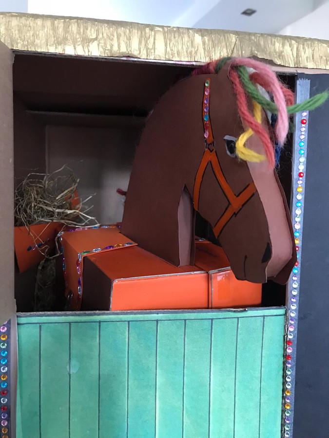 Kirsten stuurde deze foto van een mooi geknutseld paard.