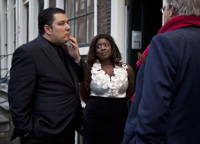 Robert Vuijsje en zijn vriendin praten met acteur Jeroen Krabbé voor de première van Alleen Maar Nette Mensen. Beeld anp