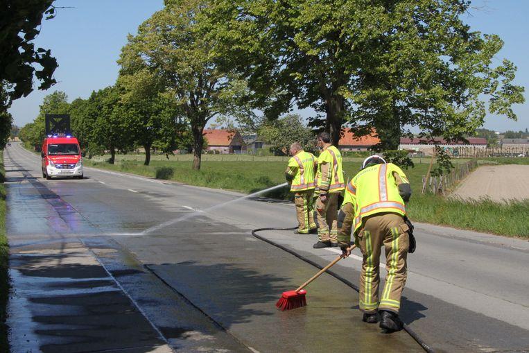 De brandweer moest met water en borstel het mestspoor te lijf gaan.