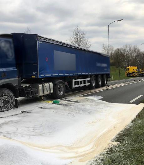 Vrachtwagen lekt diesel na botsing met auto: N264 in beide richtingen dicht bij Uden