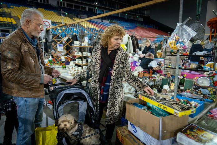 Nellie en Jan Smits-Kollen op de Snuffelmarkt in het GelreDome.