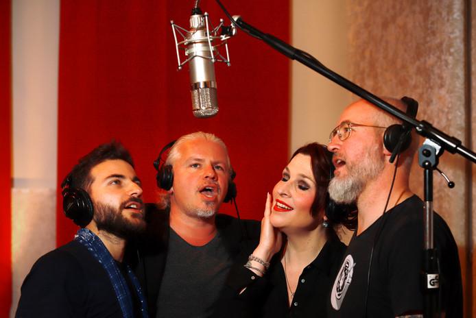 De componisten van 'De Brug' tijdens de opnamen in Sound Vision Studio. Van links af: Wasim Arslan, Arjan Amin, Elles Springs en Mark de Grauw.