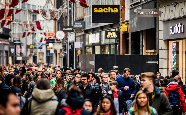 Winkelend publiek in de Kalverstraat. Beeld ANP XTRA