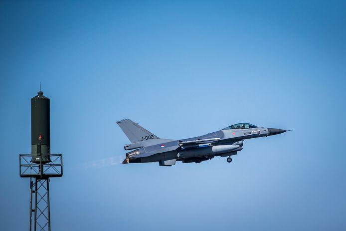 Een F-16 stijgt op bij Vliegbasis Leeuwarden.