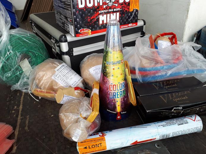 Een deel van de partij illegaal vuurwerk met onder meer mortierbommen, strijkers en zeer zwaar knalvuurwerk, die recent is gevonden in Winterswijk.