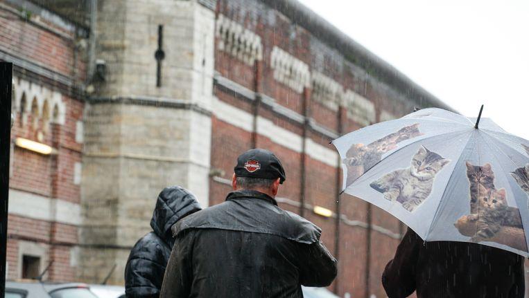 Gevangenismedewerkers komen aan bij de gevangenis van Sint-Gillis.