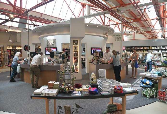 Veel opstellingen in boekhandel De Drvkkery zijn rond, om bezoekers makkelijk van de ene naar de andere afdeling te laten dwalen.