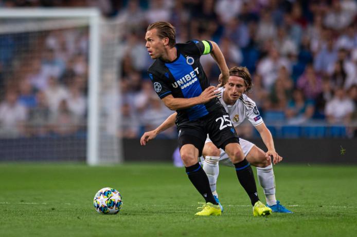 Ruud Vormer wordt op de huid gezeten door Luka Modric in het duel met Real Madrid (2-2).
