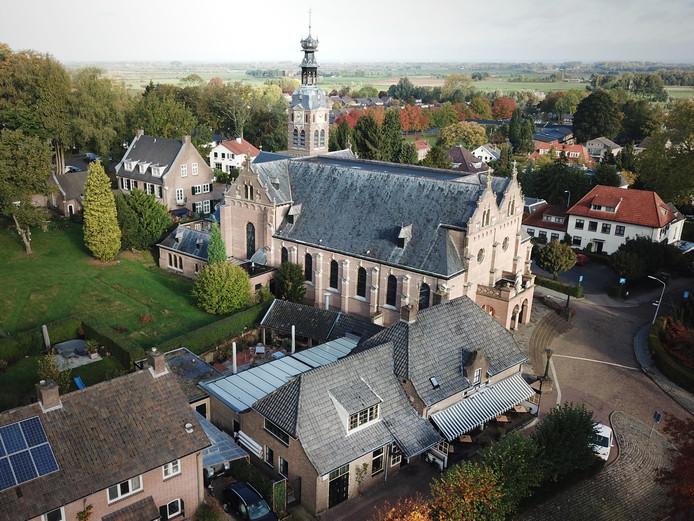 Te koop als packagedeal: de kerk, het café (op de voorgrond), de pastorie (linksboven) en het parkeerterrein (achter de kerk).