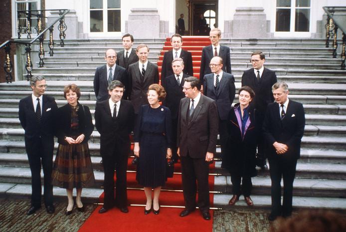 Het kabinet Lubbers I van premier Ruud Lubbers (derde van links) treedt, na beëdiging door koningin Beatrix, aan op de trappen van paleis Huis ten Bosch.