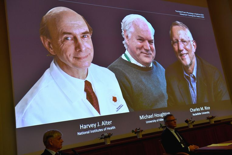 Harvey Alter, Michael Houghton en Charles Rice, de prijswinnaars van de Nobelprijs voor de Geneeskunde, tijdens de persconferentie in Stockholm. Beeld EPA