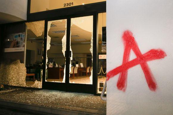 Het protest tegen een door de 'Berkeley College Republicans' uitgenodigde rechtse blogger en journalist liep gisteren uit op vernielingen.
