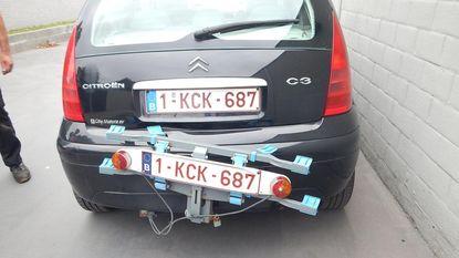 Kristof merkt gestolen auto van buurvrouw op, volgt dieven en rijdt ze klem