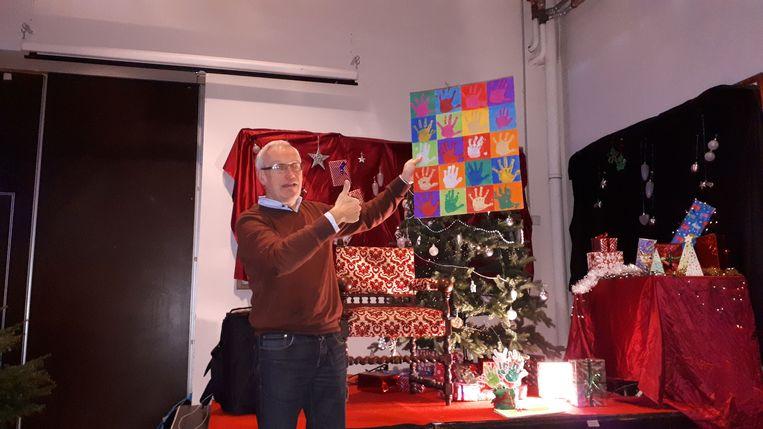 Meester Johan werd overladen met tekeningen en geschenkjes.
